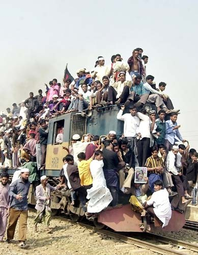 37.Bangladesh.Travelling by train......better change country.......jpg